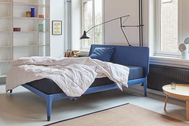blauw bed in de kleur royal blue