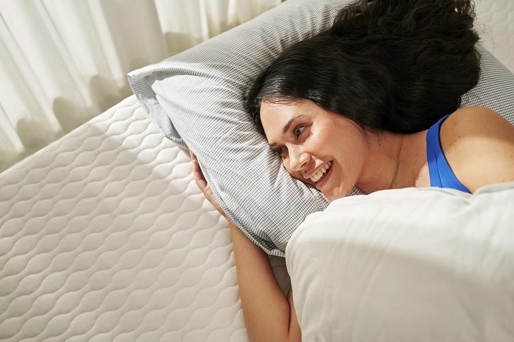sleeping on a circular mattress from auping